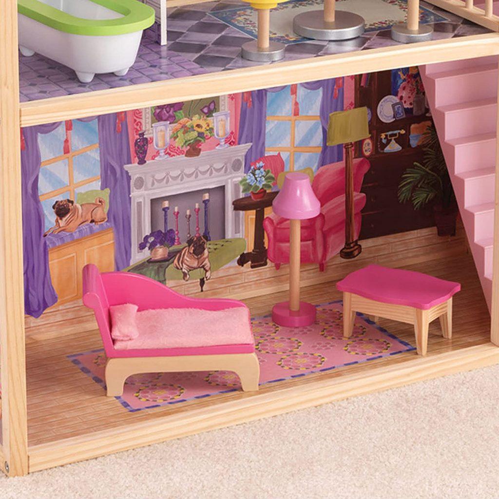 Im Wohnzimmer des Puppenhauses Kayla steht ein rosa Sofa.