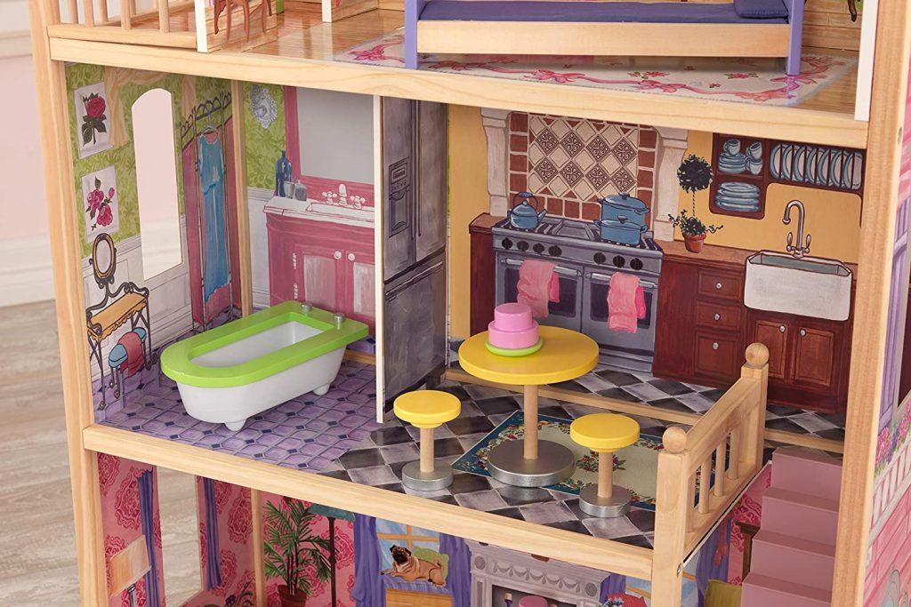 Das Puppenhaus Kayla verfügt über ein Badezimmer und eine Küche.
