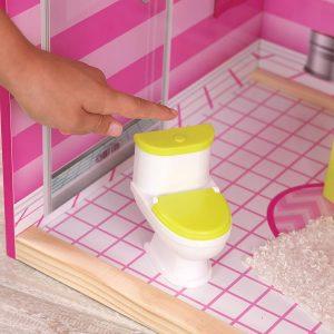 Die Toilette im Uptown-Puppenhaus macht ein Spülgeräusch.
