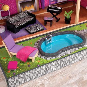 Das Uptown-Puppenhaus hat einen Swimmingpool.